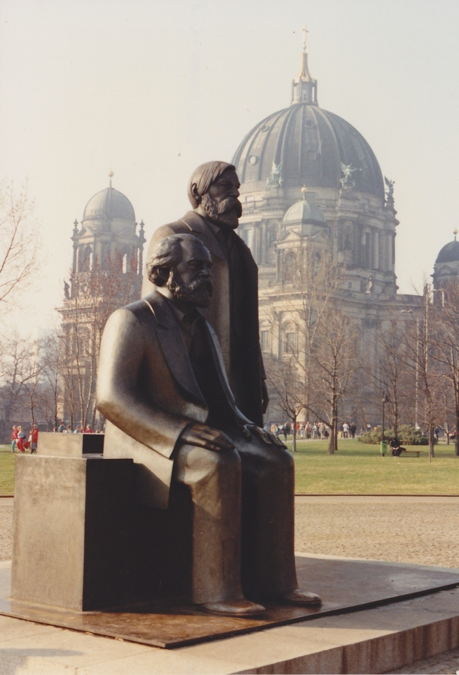 Statue of Marx and Engel